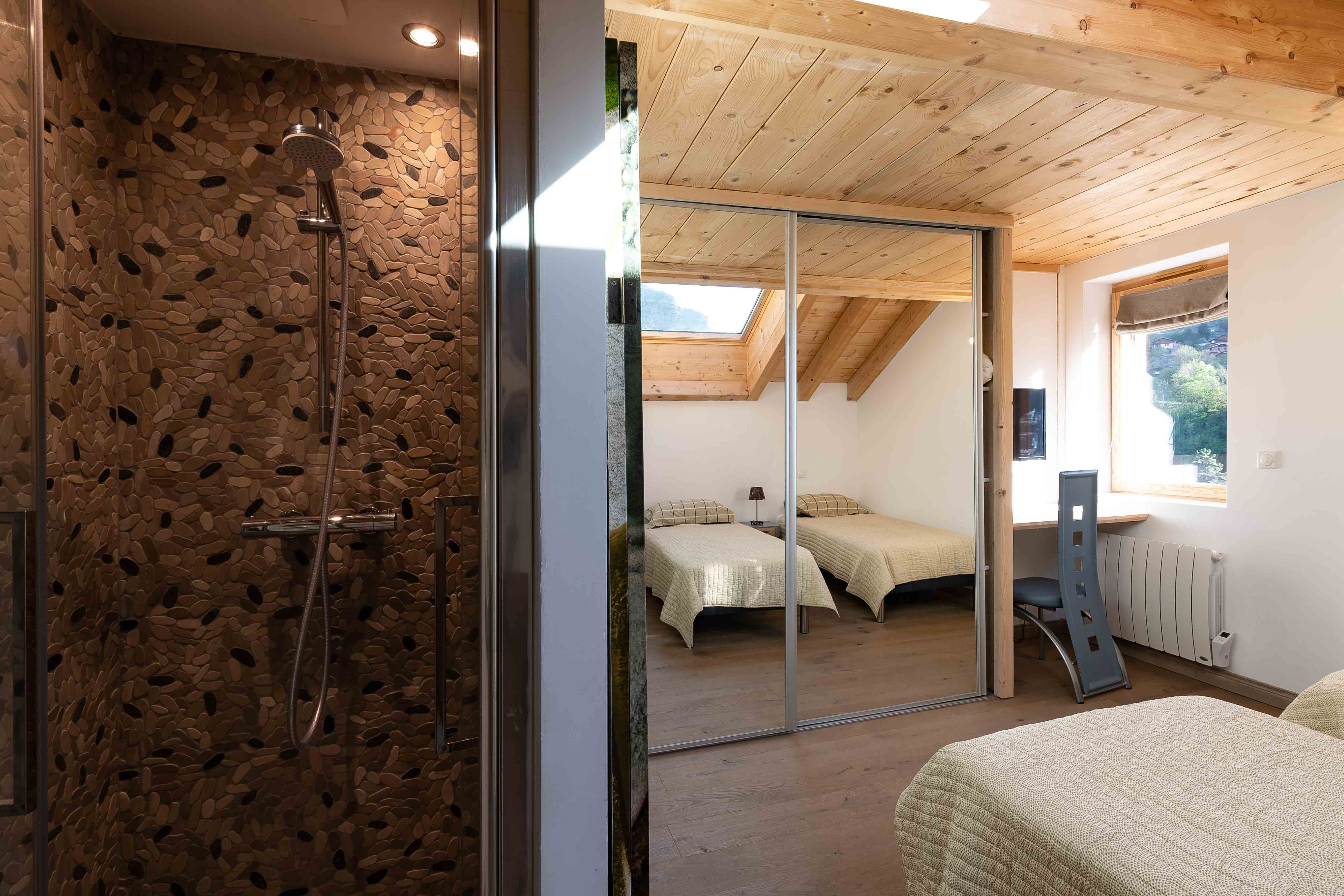 chambre lits simples et salle de douche