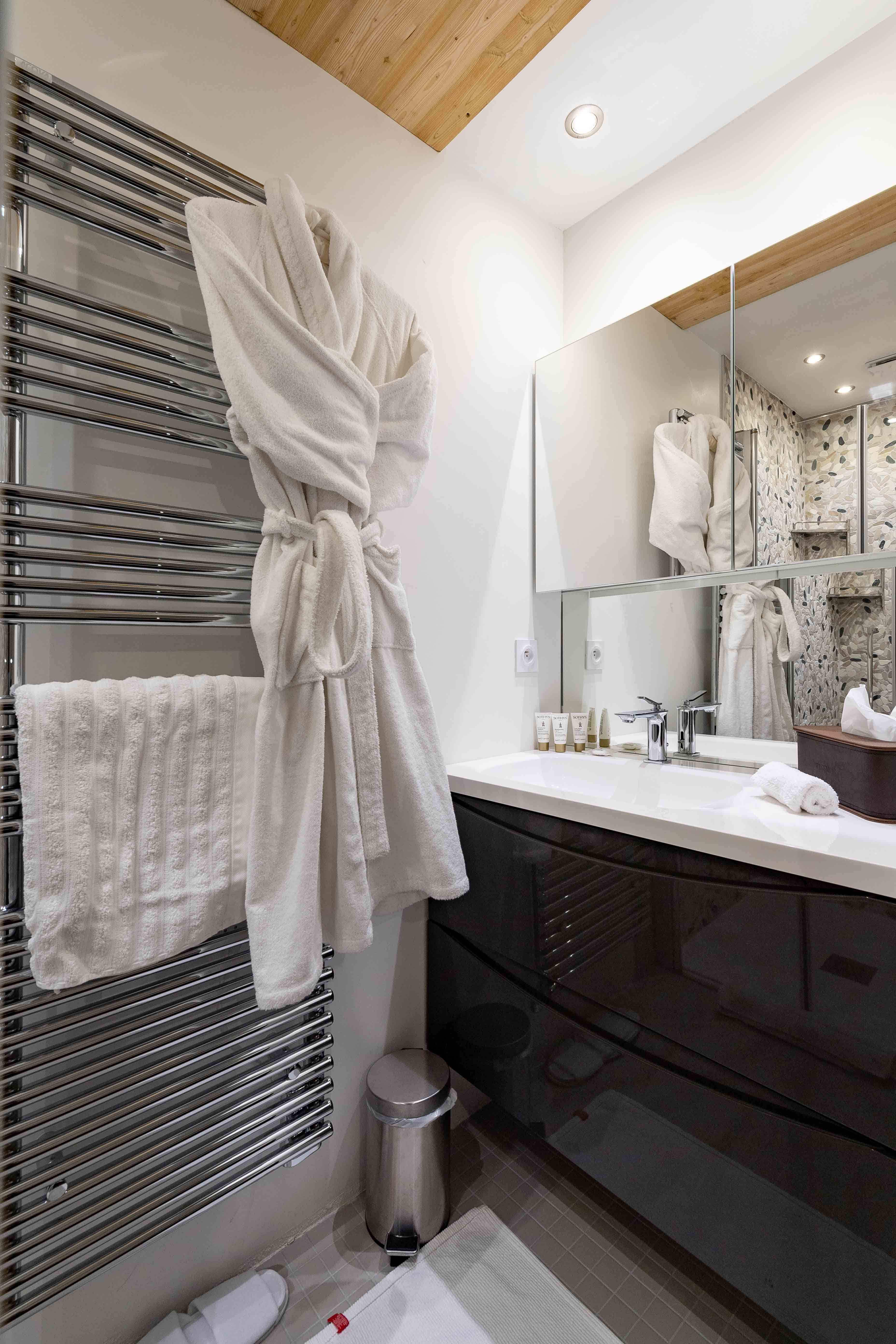 grande salle de douche appartement thomas